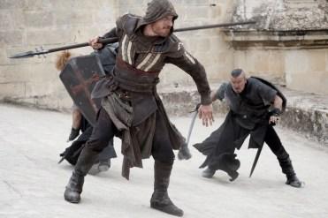 assasinscreed-fassbender-spear-full